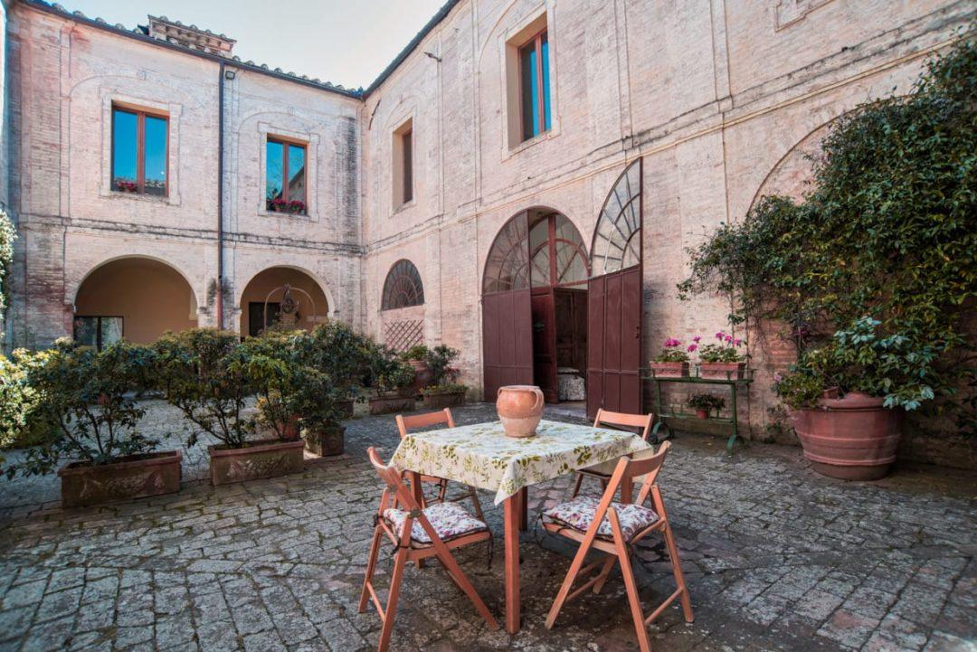 siena-toscana-villa-corsano-colazione-giardino-aperto