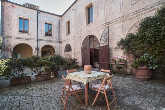 villa-corsano-toscana-tavolo
