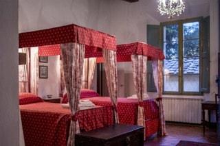 camera-letto-villa-toscana-baldacchino
